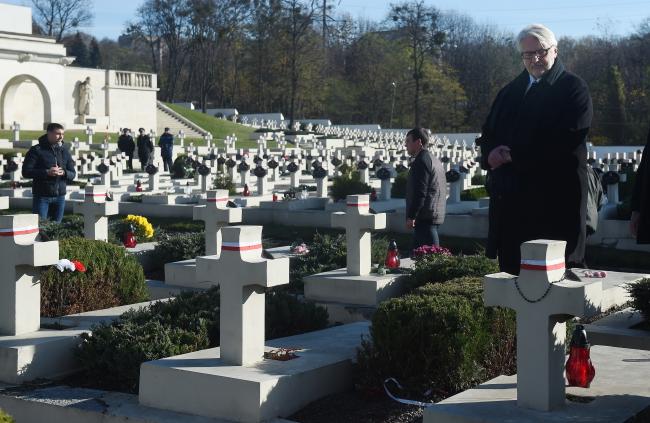 Witold Waszczykowski modli sie przy mogiłach na Cmentarzu Obrońców Lwowa na cmentarzu Łyczakowskim