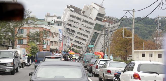 Władze podkreśliły, że pod gruzami wciąż są ludzie, choć trudno podać ich dokładną liczbę. Trwa akcja ratunkowa.