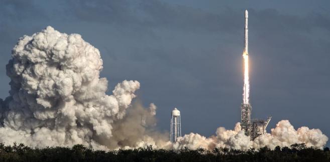 Centralny człon rakiety miał wylądować na umieszczonej na oceanie ok. 480 km od brzegu pływającej platformie, jednak ze względu na awarię silników wpadł do wody