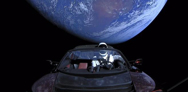 Starman w tesli na tle Ziemi. Źródło: By SpaceX - Falcon Heavy Demo Mission