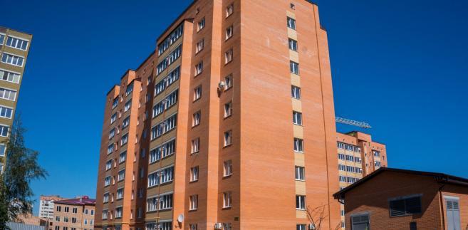 Ustawa o przekształceniu prawa użytkowania wieczystego gruntów zabudowanych na cele mieszkaniowe w prawo własności tych gruntów umożliwi ustawowe przekształcenie z dniem 1 stycznia 2019 r. we własność gruntów na rzecz właścicieli domów jednorodzinnych i samodzielnych lokali położonych w budynkach wielorodzinnych wraz z budynkami gospodarczymi, garażami i innymi obiektami budowlanymi i urządzeniami budowlanymi umożliwiającymi prawidłowe i racjonalne korzystanie z budynków mieszkalnych.