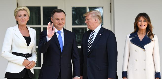 Prezydent Stanów Zjednoczonych Ameryki Donald Trump z małżonką Melanią Trump oraz prezydent RP Andrzej Duda  z małżonką Agatą Kornhauser-Dudą podczas powitania w Białym Domu.
