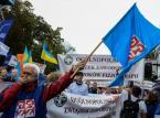Protestujący przed KPRM. Manifestacja zorganizowana przez OPZZ pod hasłem Polska Potrzebuje Wyższych Płac! odbyła się w Warszawie.