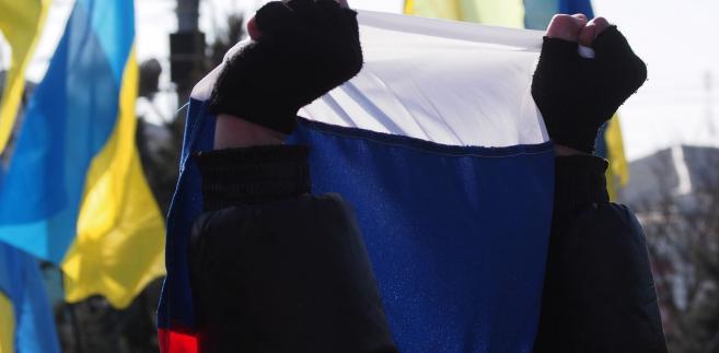 """RBNiO """"poparła wprowadzenie sankcji wobec osób prawnych i fizycznych, rosyjskich firm, biznesmenów, polityków i deputowanych, pracowników resortów siłowych, którzy aktywnie wspierali bądź sprzyjali agresywnym działaniom przeciwko Ukrainie"""" - poinformowano w komunikacie."""