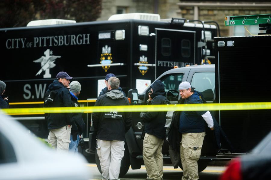 FBI na miejscu strzelaniny w synagodze w Pittsburghu w USA.