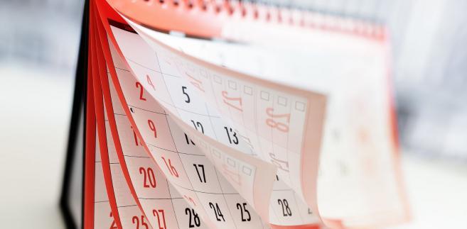 Każde święto w okresie rozliczeniowym przypadające w innym dniu niż niedziela obniża wymiar czasu pracy o 8 godzin.Kalendarz