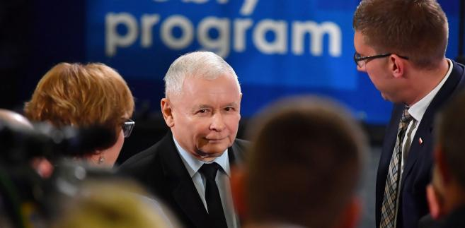 """""""Szczególnie dziękuję przedstawicielom PiS, Zjednoczonej Prawicy, którzy wzięli udział w wyborach, jako kandydaci, którzy wzięli udział w tych wyborach, jako wspierający, którzy organizowali kampanię wyborczą dla nas, chcę to bardzo podkreślić, bardzo udaną"""" - powiedział Kaczyński."""