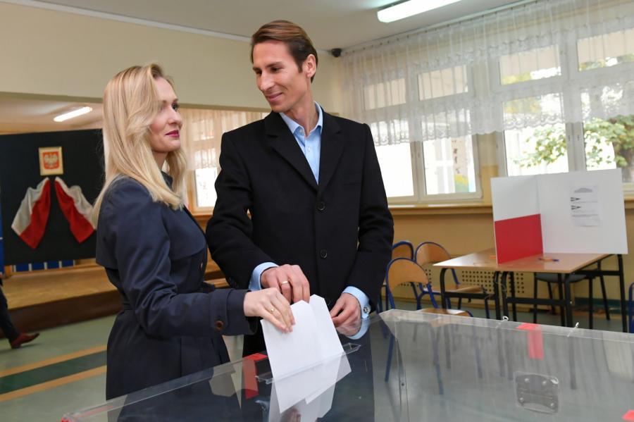 Kandydat Zjednoczonej Prawicy na prezydenta Gdańska Kacper Płażyński z żoną Natalią podczas głosowania w II turze wyborów samorządowych w Gdańsku.