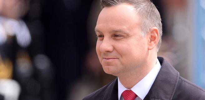 """Zaznaczył jednocześnie, że przepisy, """"na mocy których pani sędzia Gersdorf przeszła w stan spoczynku, są przepisami nadal obowiązującymi"""". """"Te przepisy, na mocy których inni sędziowie przeszli w stan spoczynku, są nadal obowiązującymi, dopóki nie zostaną zmienione i dopóki polski parlament nie zdecyduje, jaka będzie inna regulacja"""" - powiedział prezydent."""