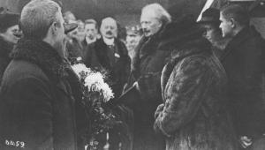 Ignacy Jan Paderewski wśród osób witających go na dworcu w Poznaniu, 27 grudnia 1918 r., źródło: Narodowe Archiwum Cyfrowe (Sygnatura: 1-H-319-3)