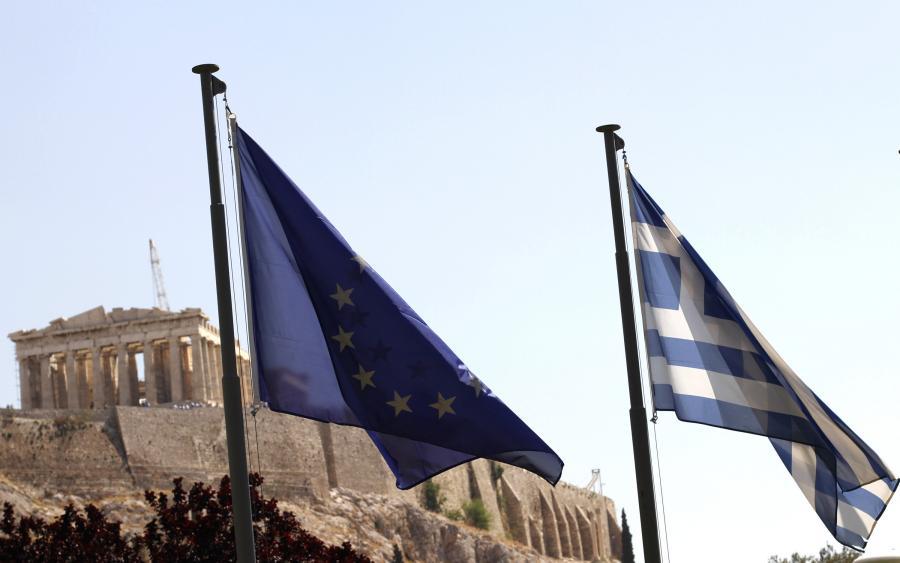 Flagi Grecji i Unii Europejskiej na tle ateńskiego Akropolu.