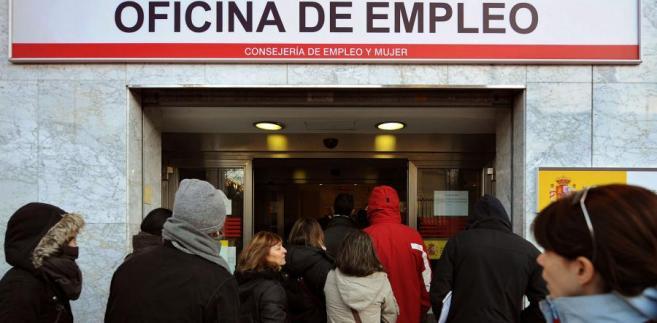 Bezrobotni przez urzędem pracy w Madrycie