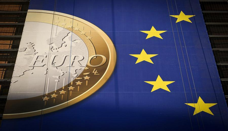 Znak monety euro i flagi UE