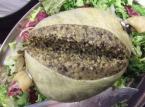 Oto haggis, czyli specjał szkockiej kuchni narodowej. Jest to owczy żołądek, nadziany mieszanką zmielonych owczych podrobów (serca, wątroby i płuc) i mąką owsianą, oraz doprawiony cebulą i przyprawami. Tak przygotowany żołądek gotuje się przez trzy godziny, a następnie podaje z ziemniakami i rzepą.
