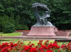 <b> Łazienki Królewskie</b><br/>  To jeden z najpiękniejszych zespołów pałacowo – parkowych w Polsce. Organizowane są tutaj recitale chopinowskie z udziałem światowej klasy  pianistów.