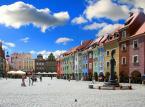 <b>Stary Rynek </b><br/>  Pod względem wielkości plasuje się na trzecim miejscu w Polsce. Jest jednym w ulubionych miejsc spacerowych turystów odwiedzających Poznań.